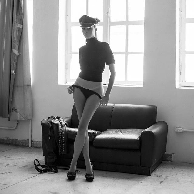 16.mar.2015 - Bárbara Evans causou alvoroço no Instagram ao postar duas imagens do passado neste domingo (15) na rede social. A atriz e modelo compartilhou duas imagens do fotógrafo das celebridades J.R. Duran - datadas de 2012 - em que aparece de lingerie sexy; em uma delas, a beldade aparece de topless, com o mamilo coberto apenas por um suspensório. Em outra, ela
