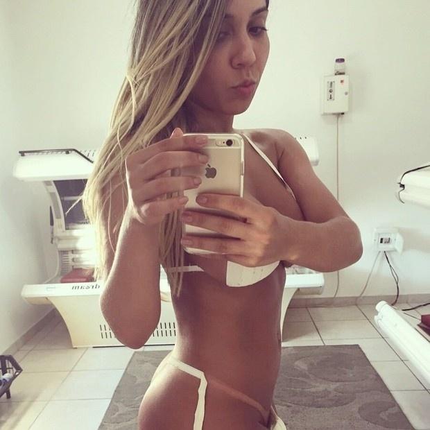 31.mar.2015 - Com apenas fitas de esparadrapos no corpo, Renata Frisson (conhecida também como Mulher Melão) mostrou suas famosas curvas durante uma sessão de bronzeamento artificial.