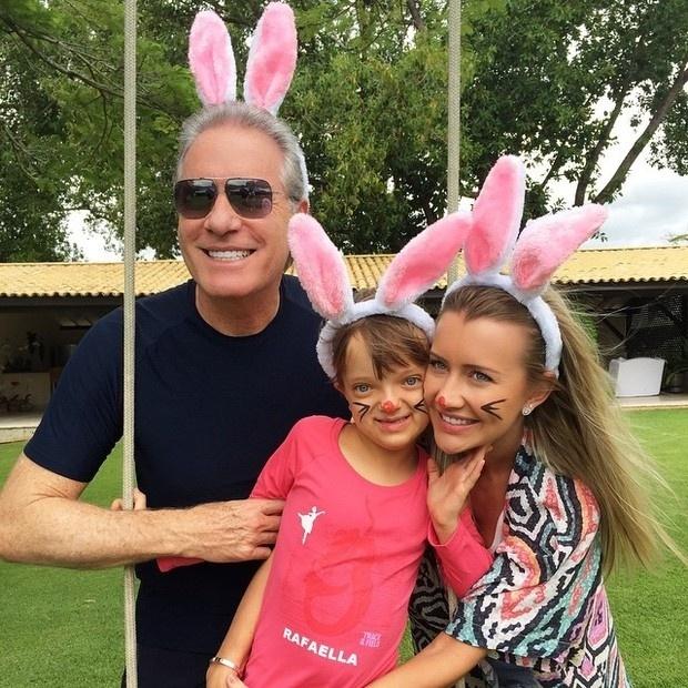 5.abr.2015 - Rafaella Justus apareceu toda fofa de coelhinha ao lado de Roberto Justus e da namorada do pai, Ana Paula Siebert.