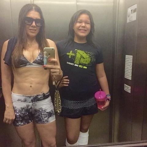 20.abr.2015 - Ao lado da filha Aisha, Simony exibe barriga definida em selfie