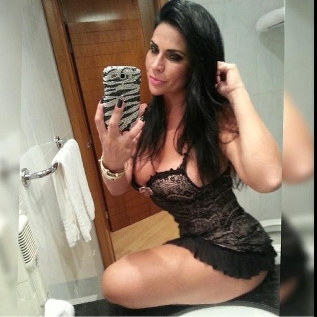 23.abr.2015 - A modelo Solange Gomes provocou seus fãs ao postar um foto de lingerie em sua página no Instagram.