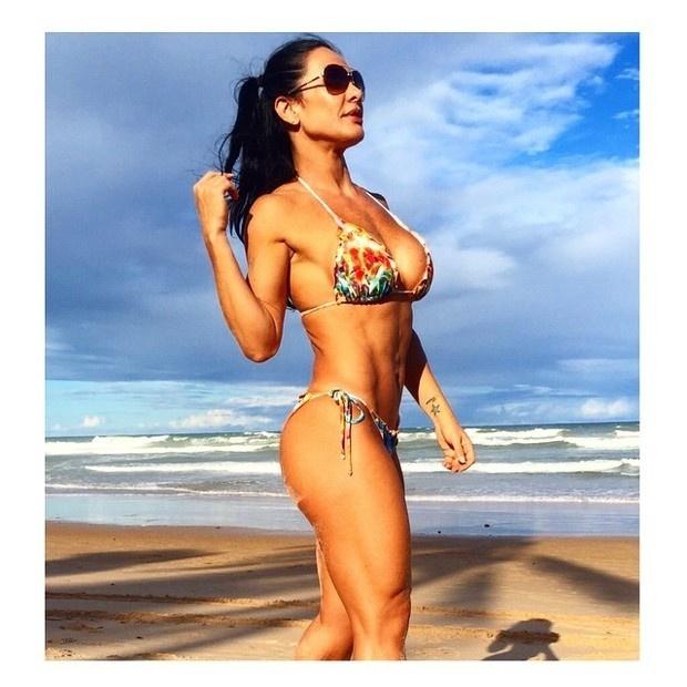 9.mai.2015 - Aos 41 anos, a morena Scheila Carvalho mostrou que está em ótima forma ao postar uma foto de biquíni curtindo o dia de sol em sua conta no Instagram.