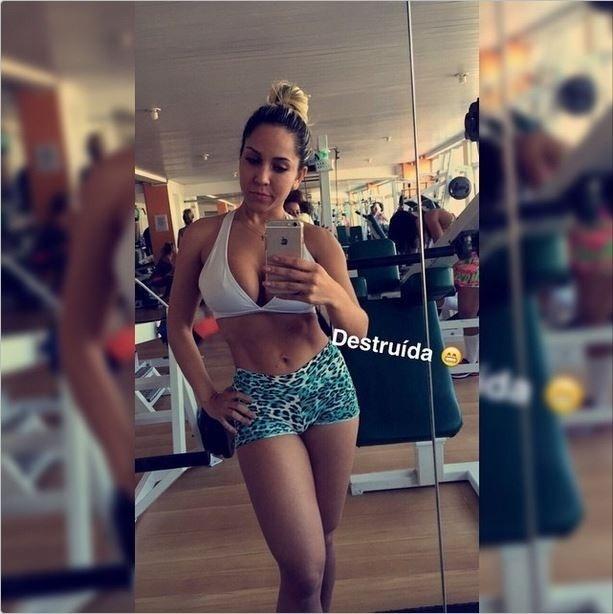9.jun.2015 - A funkeira Mulher Melão mostrou o resultado do treino pesado na academia. De shortinho e top, a bela exibiu a barriga e pernas saradas.