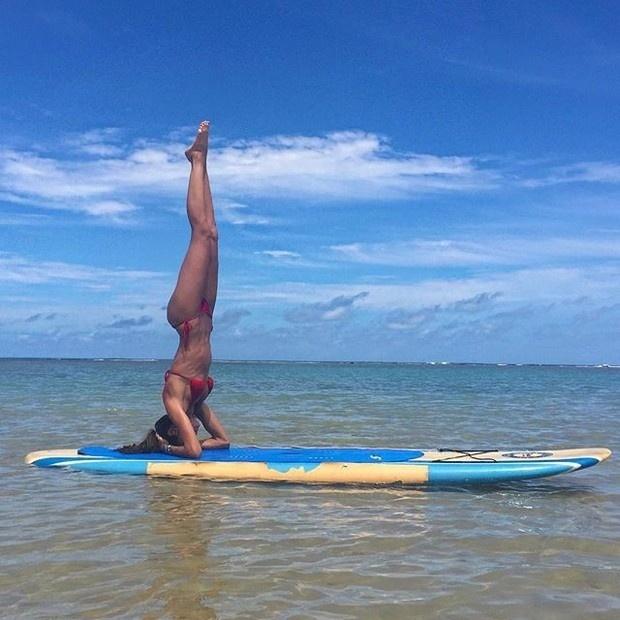 31.dez.2015 - A top Izabel Goulart aproveitou o último dia do ano para praticar ioga em Trancoso, na Bahia. A gata postou a foto de seu último dia de treino em sua conta no Instagram. De biquíni vermelho, a cor da paixão, ela mostrou que vai entrar em 2016 em ótima forma e ostentando uma barriga negativa sequinha