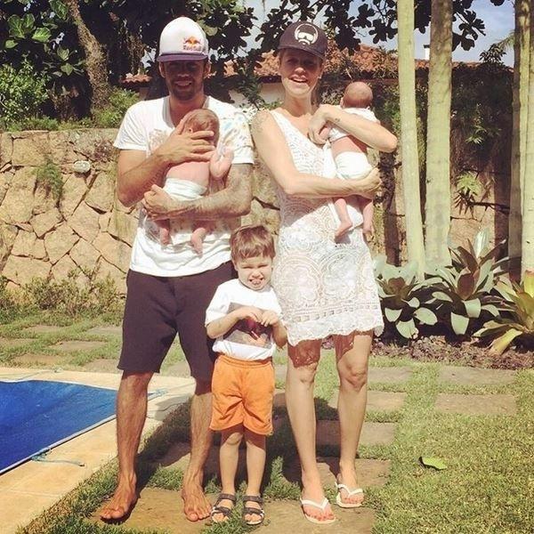10.out.2015 - Com o marido, Pedro Scooby e os três filhos (Dom, de 3 anos e os recém-nascidos, Liz e Bem) Luana Piovani dividiu com os fãs um momento família no Instagram.