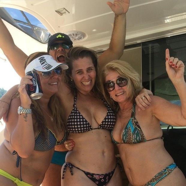 25.jan.2016 - A ex-paquita da Xuxa Andréia Sorvetão (ao centro) aparece de biquíni ao lado das amigas durante um passeio de barco. A gata de 42 anos recebeu diversos elogios na rede social.