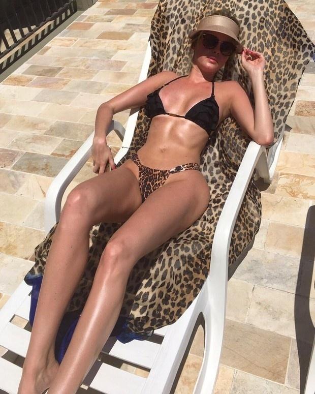 15.dez.2015 - Bárbara Evans deixou os admiradores hipnotizados com uma foto em que aparece de biquíni no Instagram. Na imagem, a gata de 24 anos deixou evidente a boa forma e foi alvo de diversos elogios vindos dos fãs na rede social.