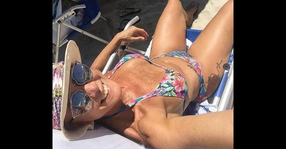 31.jan.2016 - Aos 56 anos, Hortência Marcari esbanjou boa forma em foto postada no Instagram. De biquíni, a ex-jogadora de basquete mostrou a barriga malhada e uma tatuagem na parte lateral da coxa.