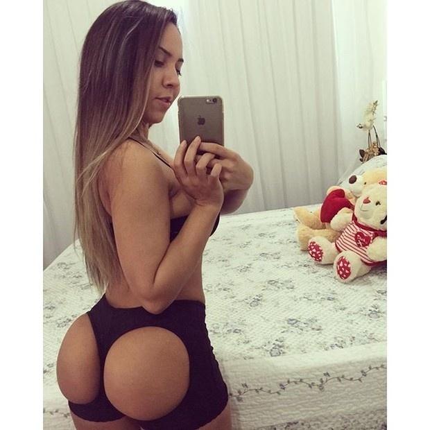 1.set.2015 - Renata Frisson, a Mulher Melão, surpreendeu os seus seguidores do Instagram ao postar uma selfie que deixou à mostra parte do seu bumbum. Na imagem, a funkeira aparece usando uma peça curiosa.