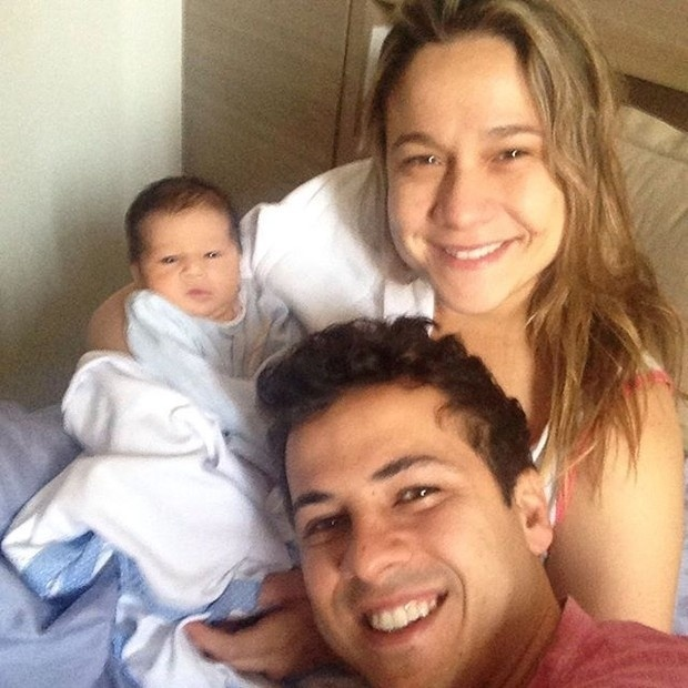 4.set.2015 - Que fofura! Apresentadora Fernanda Gentil posa ao lado do marido, Mateus Braga, e o pequeno Gabriel, que nasceu no dia 28 de agosto.
