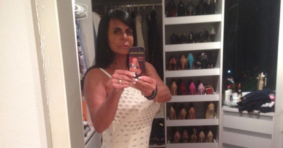2.out.2016 - Com vestido justinho, Gretchen tira selfie dentro do closet. Foto compartilhada no Instagram recebeu vários elogios dos fãs