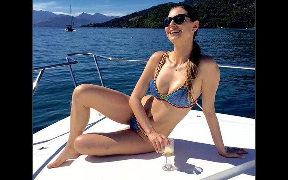 15.mai.2016 - A atriz Lavínia Vlasak chamou a atenção dos fãs ao postar uma foto de biquíni enquanto curtia o dia de sol, tomando champanhe em um barco em um cenário paradisíaco.