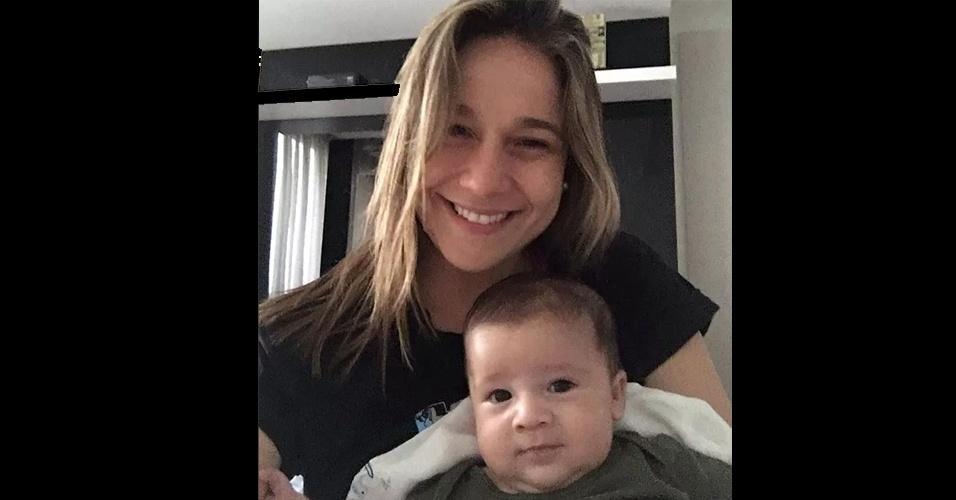 16.nov.2015 - Que fofura! Fernanda Gentil posa com o pequeno Gabriel, o filhote de 2 meses de idade. O pequeno aparece dando um sorriso tímido no colo da mamãe, que está de licença-maternidade cuidando do garoto. A graciosa foto foi postada pelo marido de Fernanda no Instagram nesta segunda-feira