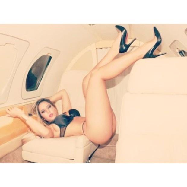 16.fev.2016 - Renata Frisson, a Mulher Melão, postou uma imagem pra lá de sensual em sua conta no Instagram. Na foto, a gata aparece de lingerie e salto alto, em pose provocante, dentro de um jatinho.