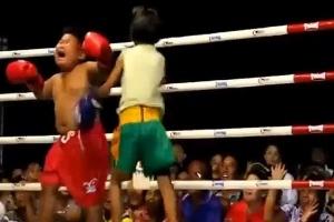 2.jul.2013 - Garoto leva surra de menina em luta infantil na Tailândia e cai no choro