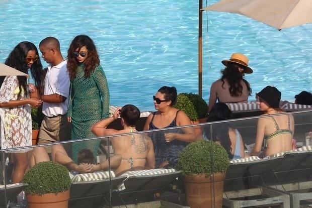 29.set.2015 - Com vestido ousado, Rihanna curtiu uma tarde de sol no Rio