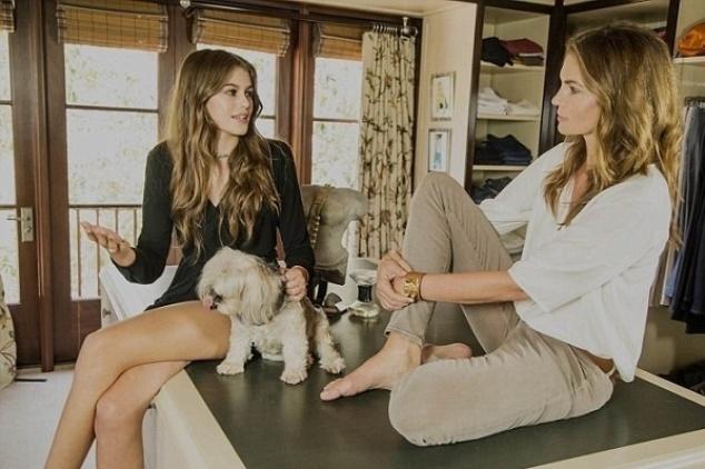 2.out.2015 - Nas imagens intimistas, no closet da modelo Condy Crawford, ela e a filha conversaram e apareceram naturais nas fotos registradas pelo portal The Thick