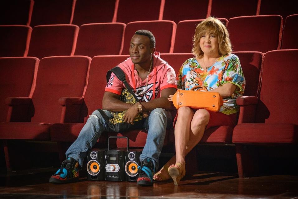 """15.out.2014 - Big (Rafael Machado) e Jesuína (Claudia Jimenez) em cena do episódio """"O pulo do gato"""" na série """"Sexo e as Negas"""""""