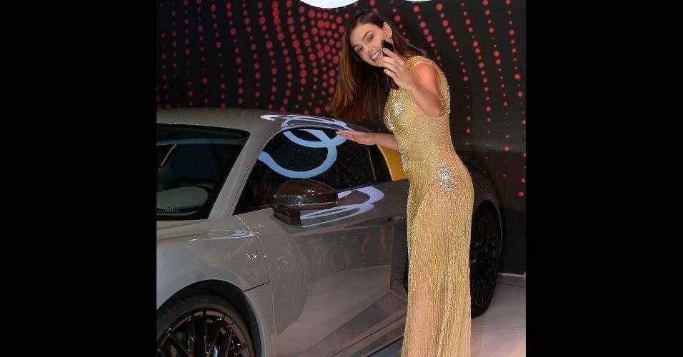 8.nov.2016 - Ísis Valverde tira fotos ao lado de carro esportivo da Audi