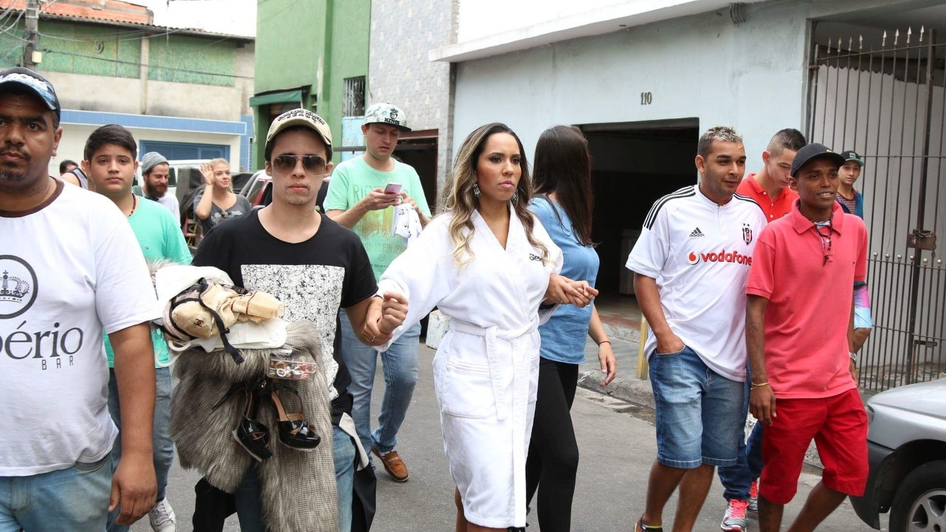 5.mai.2016 - A modelo Mulher Melão causou tumulto na comunidade de Heliópolis, na zona sul da cidade de São Paulo, ao fotografar para a edição de junho da revista Sexy