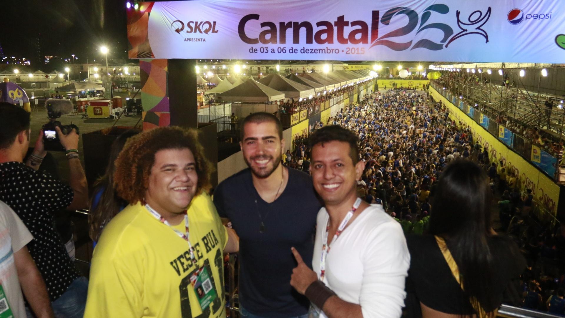 4.dez.2015 - Gominho, Rafael Marques (filho do cantor Bell Marques) e Márcio Guimarães posam para fotos no Carnatal