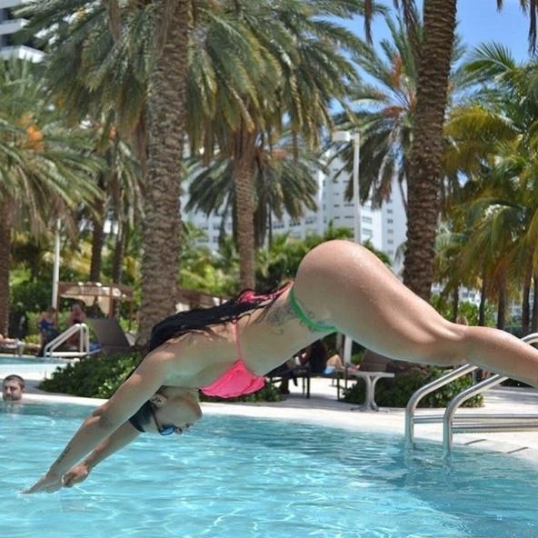 10.set.2015 - Com mais de 800 mil fãs, a musa fitness Sue Lasmar dá o que falar nas fotos em que exibe o corpo turbinado no Instagram. Nessas fotos de biquíni, Sue prova o motivo da conquista que deixa os seguidores alucinados