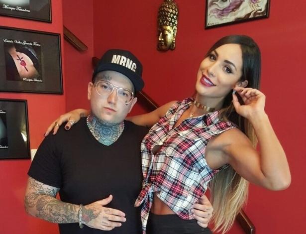 4.out.2015 - A panicat Aline Mineiro posou de topless para mostrar o resultado de sua nova tatuagem. Contornando o seio esquerdo, a beldade tatuou um de seus lemas de vida