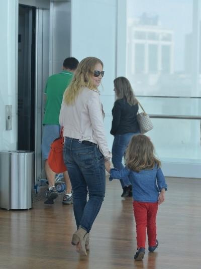 14.mai.2016 - A apresentadora Angélica é fotografa com a filha caçula, Eva - de 3 anos, em passeio em shopping no Rio de Janeiro. As duas curtiram uma tarde juntas sem o papai, Luciano Huck e os dois filhos do casal, Joaquim e Benício