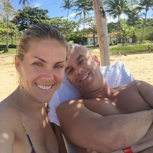12.jul.2015 - Aos 34 anos, a apresentadora Ana Hickmann mostrou que está em ótima forma ao postar fotos curtindo o dia de sol em praia, neste domingo
