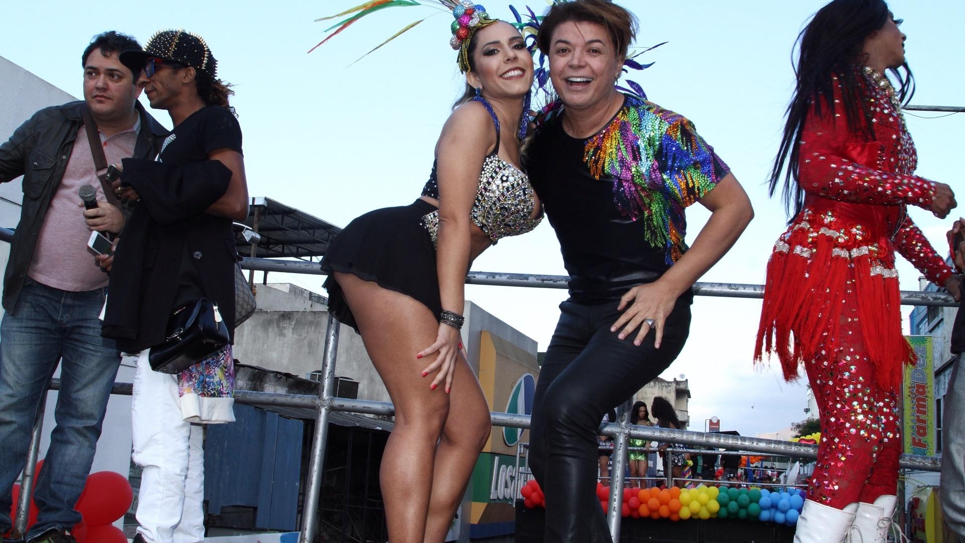 12.jun.2016 - Mulher Melão posa com o promoter Dravid Brazil durante a Parada LGBT em Madureira, no Rio de Janeiro. De saia bem curtinha, a beldade deixou o bumbum à mostra em cima de um trio elétrico