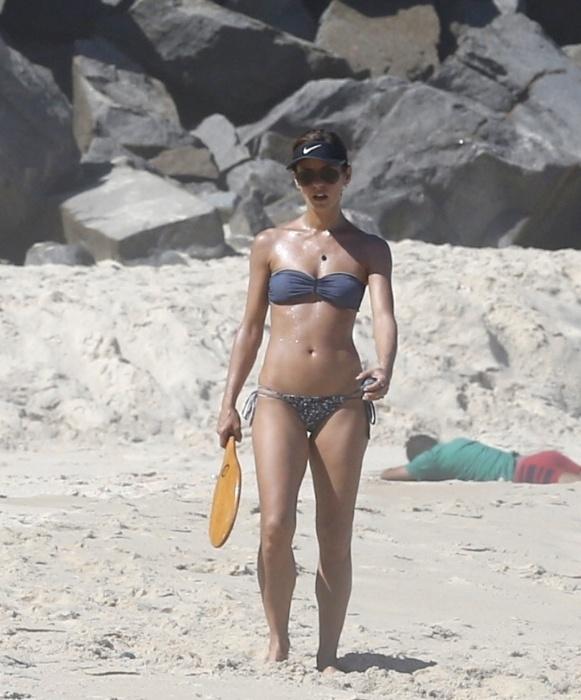 27.mar.2016 - A atriz Fernanda de Freitas curtiu o dia de sol com namorado, João Henrique, jogando frescoboll na praia da Prainha, no Rio de Janeiro. Aos 36 anos, a morena mostrou que está em ótima forma