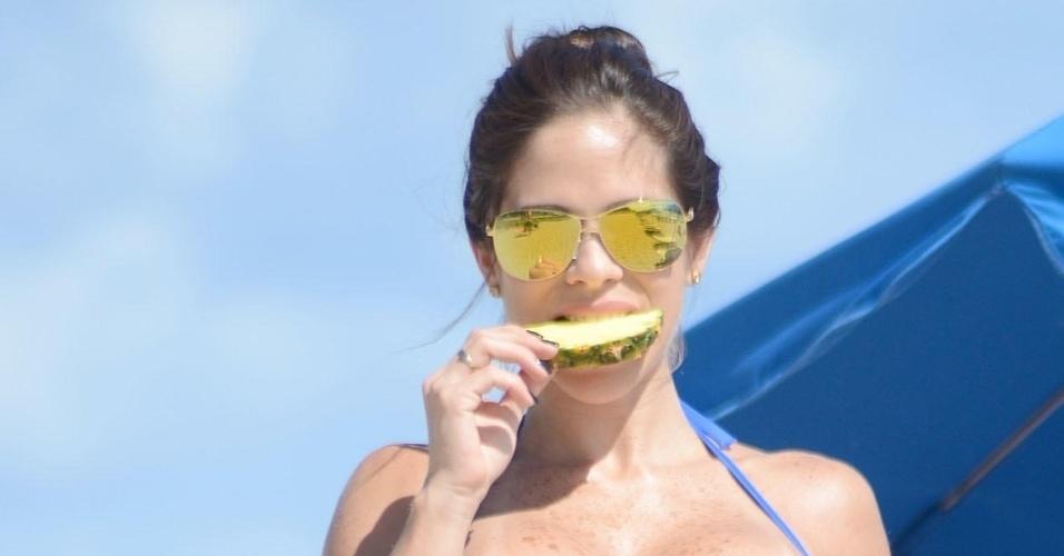 19.jun.2015 - Com barriga chapada, a modelo fitness sensualizou em um ensaio feito em uma praia de Miami, nos EUA