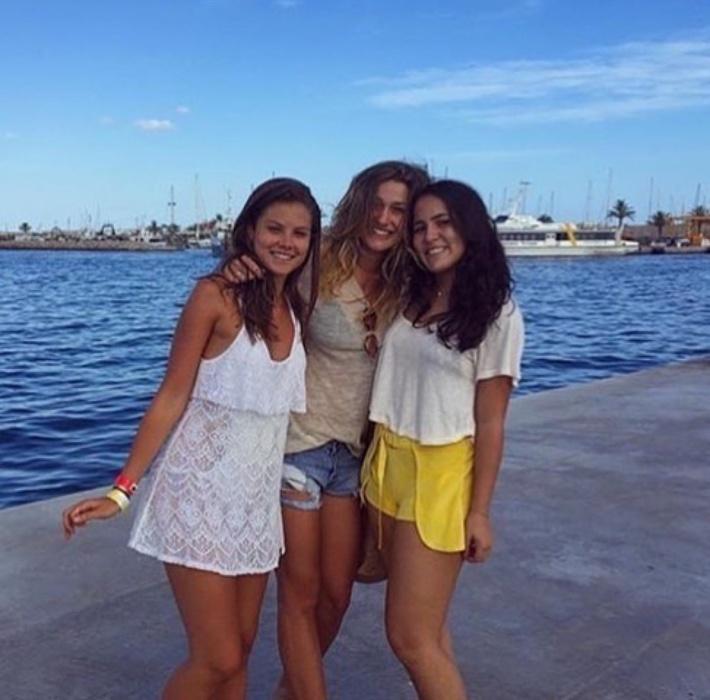 18.jul.2016 - Prestes a completar 18 anos, Sasha Meneghel Szafir está curtindo o verão europeu ao lado de uma turma de amigas. A filha de Xuxa deve passar por destinos agitados, como Ibiza e Mykonos