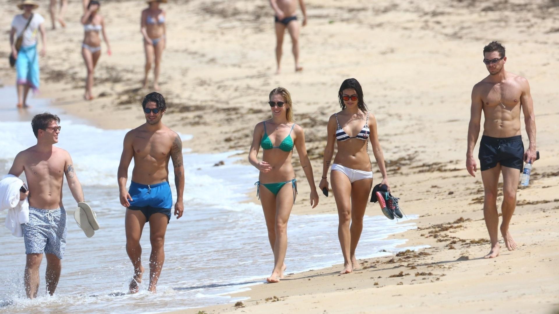 11.jan.2016 - Alexandre Pato e Fiorella Mattheis são flagrados na praia dos coqueiros, na Bahia, neste domingo (10), acompanhados por Thaila Ayala e seu novo namorado