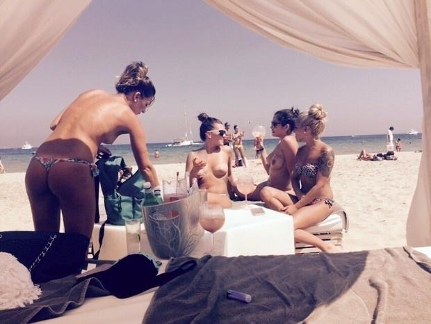 21.jul.2015 - Bem à vontade, Maria e suas amigas aproveitam a folga de topless em Ibiza