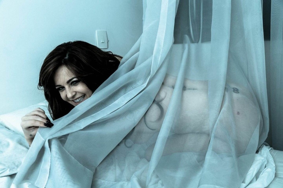 """4.jul.2015 - Com um pano transparente como cenário, a ex-Sedutora do programa """"Teste de Fidelidade"""" Ana Paula Saad posou nua para fotos provocantes. A beldade, que fazia um quadro no qual seduzia homens comprometidos, aproveitou o ensaio para revelar que também já foi vítima de traição amorosa: """"Era bem jovem, antes de me casar. E perdoei"""""""