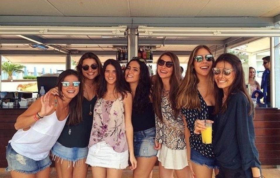 18.jul.2016 - Sasha curte sua eurotrip ao lado de amigas. A filha de Xuxa aparece na imagem de blusa preta, ao lado esquerdo