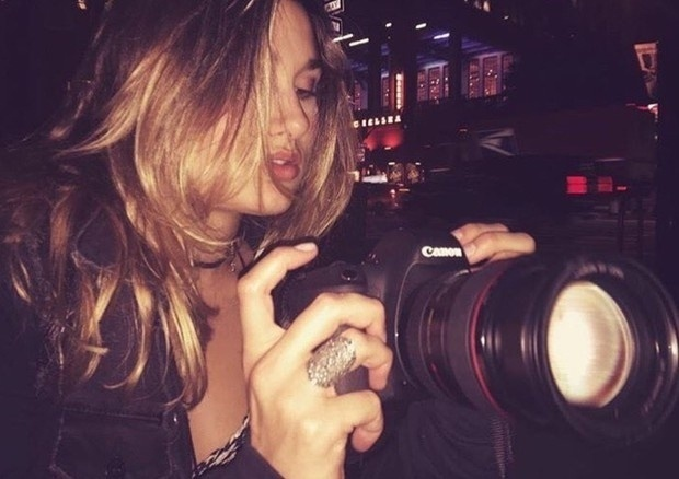 24.set.2016 - Morando em Nova York para cursar a faculdade, Sasha Meneghel apareceu em fotos no Instagram curtindo a noite da cidade. Longe da badalação da fama aqui no Brasil, a filha de Xuxa e Luciano Szafir aparece bem à vontade