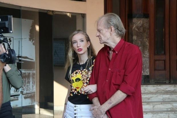 17.ago.2016 - Frederico Grunnupp e Natasha, irmão e sobrinha da artista, chegam ao velório de Elke Maravilha no Rio de Janeiro
