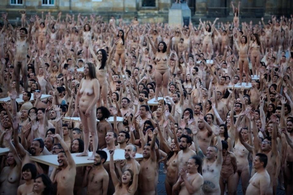 6.jun.2016 - Famoso por fotografar multidões nuas, Spencer Tunick realizou mais uma de suas grandes obras. Desta vez, o ensaio foi feito em Bogotá, na Colômbia e contou com mais de 6 mil voluntários que tiraram a roupa para seu trabalho artístico