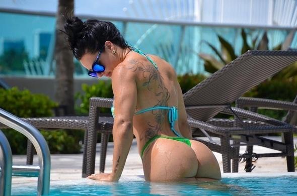5.out.2015 - A musa fitness Sue Lasmar deixou os fãs derretidos ao postar fotos em que aparece com o corpo turbinado, de biquíni, no Instagram.