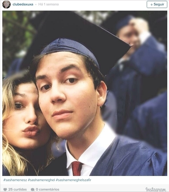 17.mai.2016 - Sasha Meneghel Szafir completou os estudos na Escola Americana do Rio de Janeiro. Em uma das imagens divulgadas na web, a filha de Xuxa aparece ao lado de um dos colegas de sala vestindo um capelo (tradicional chapéu de formatura) e beca