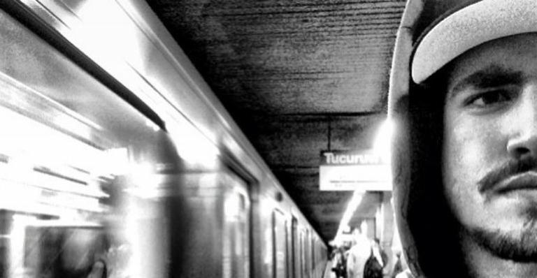 29.jul.2015 - O ator Caio Castro também mostrou em imagem divulgada em seu Instagram que utiliza o transporte público sem problemas. Na imagem, ele aparece esperando o metrô no sentido Tucuruvi, na linha azul do metrô de São Paulo