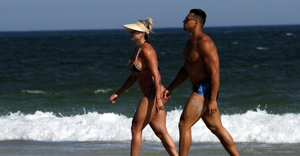 1º.fev.2016 - Juju Salimeni e o marido Felipe Franco curtem praia no Rio