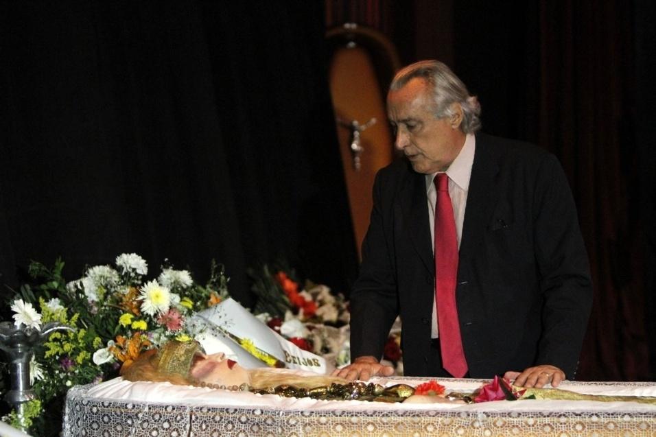 17.ago.2016 - Leleco Barbosa, filho de Chacrinha, presta homenagem a Elke Maravilha no Teatro Carlos Gomes, no Rio de Janeiro