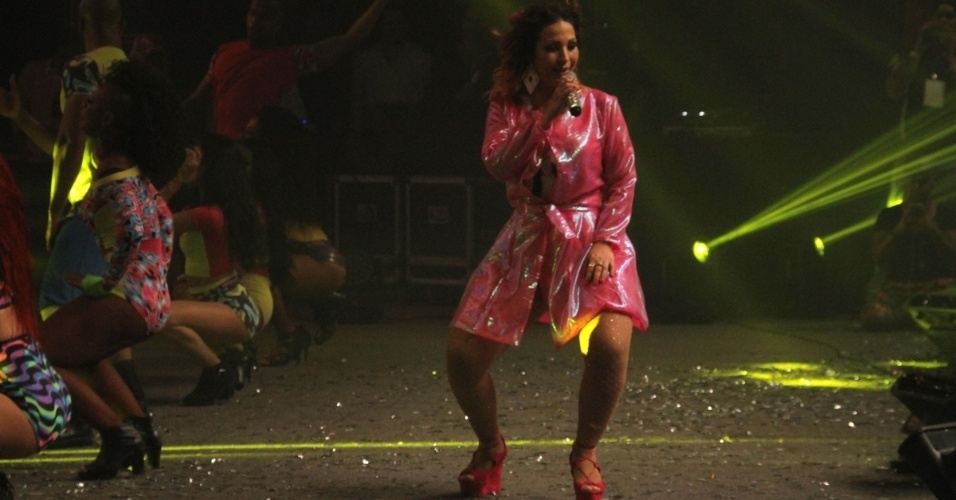 12.set.2015 - Já na madrugada de sábado, a foi a vez de Valesca Popozuda animar o público no Barra Music, na Barra da Tijuca, no Rio de Janeiro