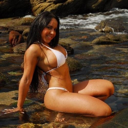 """23.mai.2013 - Renata Frisson, a Mulher Melão, postou no Instagram uma foto para relembrar a época em que era mais morena. Na imagem, a gata aparece com o cabelo bem escuro e o corpão impecável: """"Amo #maresias-sp delicia !!!!"""", escreveu na legenda. Em recente entrevista ao site """"Ego"""", Melão revelou que adotou alguns hábitos para economizar dinheiro, mas que até então gastava muito: """"Minhas contas eram carésimas. Só de salão eu devia gastar uns R$ 5 mil, R$ 10 mil por mês. Quando tinha que trocar o megahair então era muito mais. Pagava tudo para os amigos, bancava várias baladas. Mas não tenho ideia de quanto eu gastava por mês no total, porque nunca fui muito de fazer conta. Ia gastando e pronto."""""""