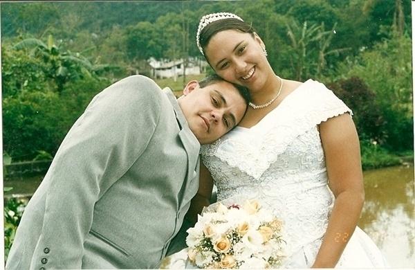 Casados há quase dez anos, Marcelo dos Santos Lopes e Andréa Ferreira dos Santos aparecem em foto do dia 22 de novembro de 2003. Os dois oficializaram a união em Ribeirão Pires (SP).