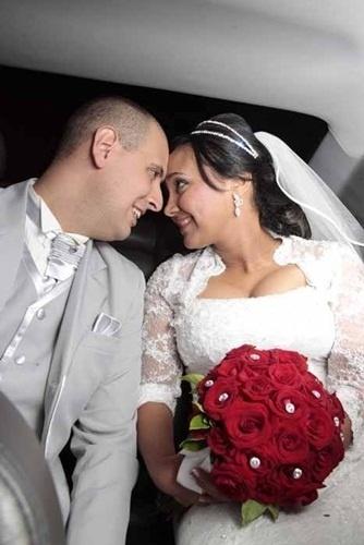 Claudemir Vieira Calabrese e Veronica Santana da Silva Calabrese aparecem trocando um olhar apaixonado em foto do dia 13 de abril de 2013, quando casaram em São Paulo (SP).