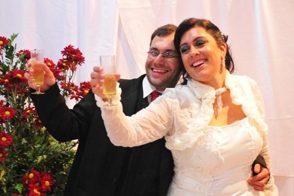 """""""Um dos dias mais felizes de nossas vidas"""", conta Fabíola Mendonça, esposa de José Luciano. Os pombinhos casaram em Varginha (MG) no dia 2 de julho de 2011."""